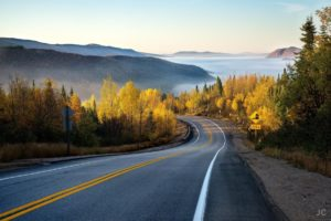 nature_forest_road_mountain_mist_autumn_2048x1367